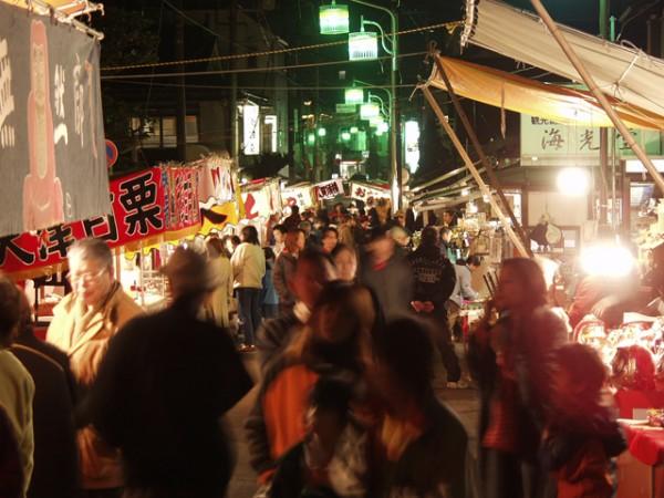 参道にはだるまや熊手、神棚など正月を迎えるための縁起物を扱う露店が軒を連ねます。境内では福寿草市も催されます。なお、午後5時からは無料拝観となります。